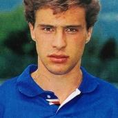 """Enrico Chiesa (Genova, 29 dicembre 1970) – Originario di Mignanego, arriva alla Sampdoria nel 1987 dal Pontedecimo dopo essere stato scartato dal Genoa perché """"troppo mingherlino"""". In blucerchiato giocherà due anni, 26 presenze e 1 gol nel 1992/1993 e il boom del 1995/1996 con 22 reti in 27 partite. È uno dei cannonieri più prolifici nella storia della serie A con 138 reti. Totale: 53 presenze, 23 gol"""