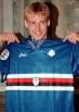Jurgen Klinsmann (30 luglio 1964) – Il bomber tedesco arriva a Genova a fine carriera, nella stagione 1997/1998. Segna 2 reti in 8 partite ma se ne mangia almeno 10. Ho ancora nella mente un tiro a lato a porta completamente vuota…